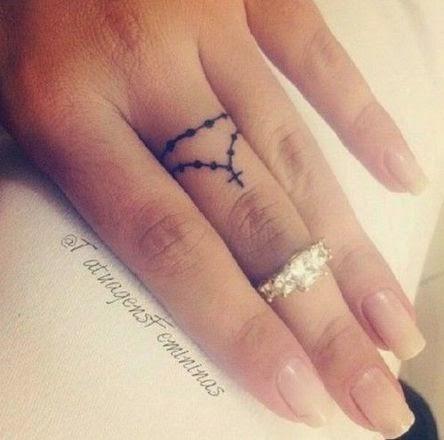 chica con los dedos tatuados 30