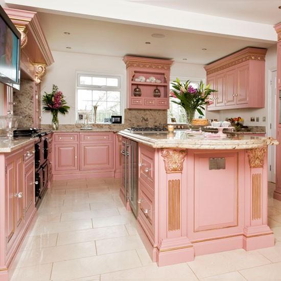 Изумительно розовая классическая кухня с золотой патиной!