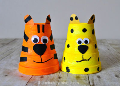 Animales salvajes con vasos de papel