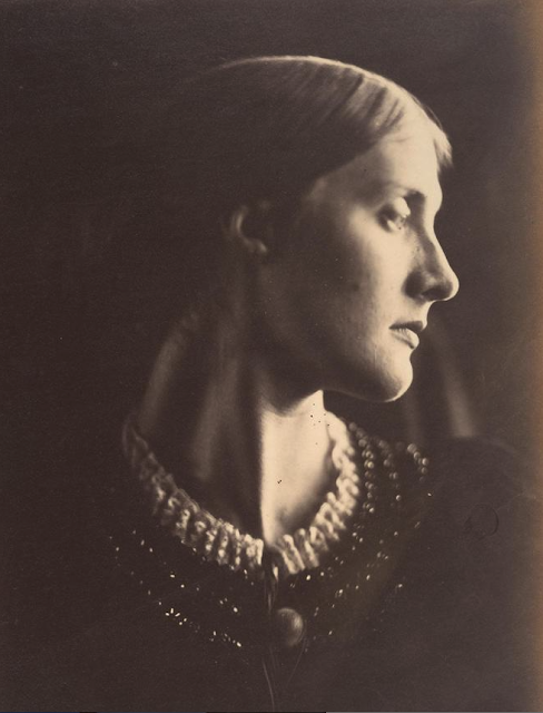 ede0659e07 Ritratto della signora Duckworth, alias Julia Jackson, nipote della  fotografa e madre di Virginia Woolf. 1867.