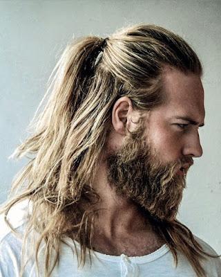 peinado con cola de caballo informal y casual para hombres