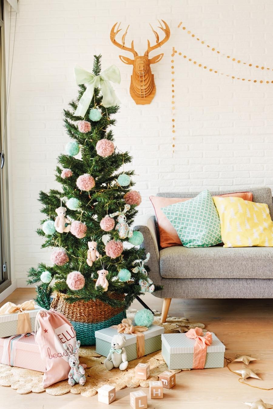 Święta po skandynawsku w pastelowych kolorach, wystrój wnętrz, wnętrza, urządzanie mieszkania, dom, home decor, dekoracje, aranżacje, styl skandynawski, pastele, scandinavian style, pastelowe dodatki. Boże Narodzenie, Christmas, Święta, choinka, salon, pokój dzienny, living room