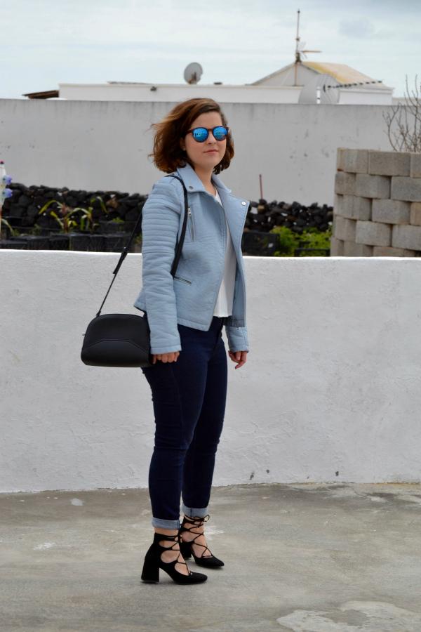look_cazadora_azul_bebe_celeste_zapatos_cordones_zara_lolalolailo_03