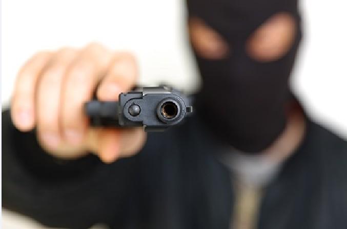 assaltado e leva coroadas de revólver