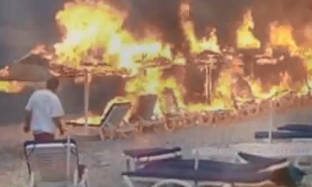 Συγκλονιστικό: Βούτηξαν στη θάλασσα για να σωθούν από τη φωτιά στις Σπέτσες (βίντεο)