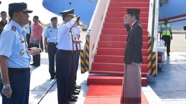 Jokowi Kenakan Sarung Saat Turun dari Pesawat, Netizen pun Ramai Lagi
