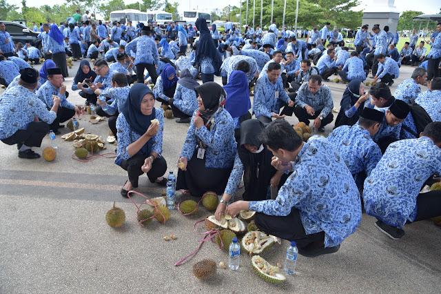 Gelorakan  Kerja Gembira, Paman Birin Ajak ASN Makan  Durian Bersama