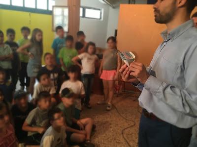 Ο Βαγγέλης Αυγουλάς δείχνει στα παιδιά πως βρίσκει τα χαρτονομίσματα