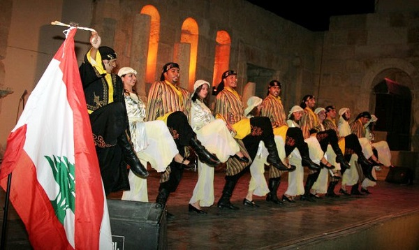 عروض الفلكلور والدبكة اللبنانية بالدورة الثالثة لمهرجان طيبة للفنون بأسوان