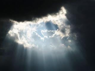 nubes-oscuridad-rayo-luz.jpg