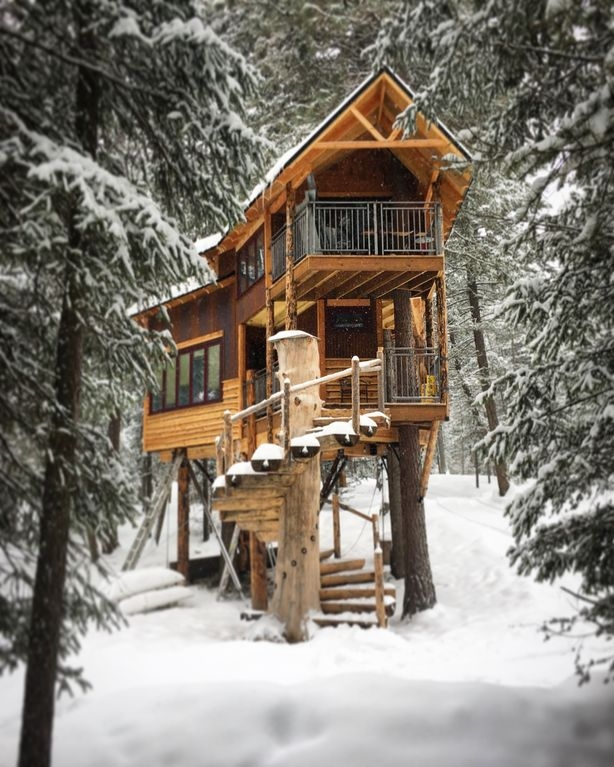 02-The-House-in-the-Winter-HomeAway-Montana-Tree-House-close-to-the-Glacier-National-Park-www-designstack-co