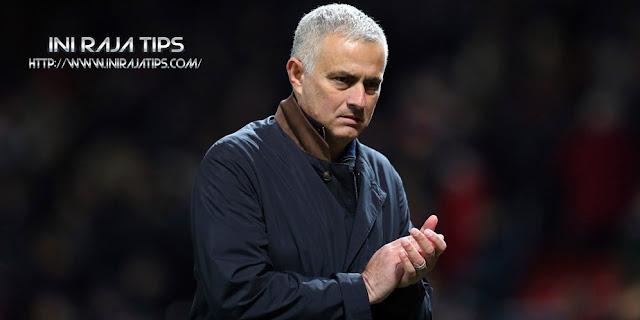 Resmi Manchester United Pecat Mourinho