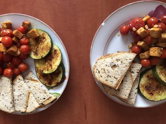 Tofu z pomidorkami, cukinią i czosnkowymi tostami