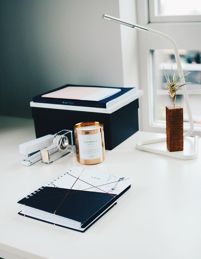 Escrivaninha charmosa com vela em castiçal copo rose gold.