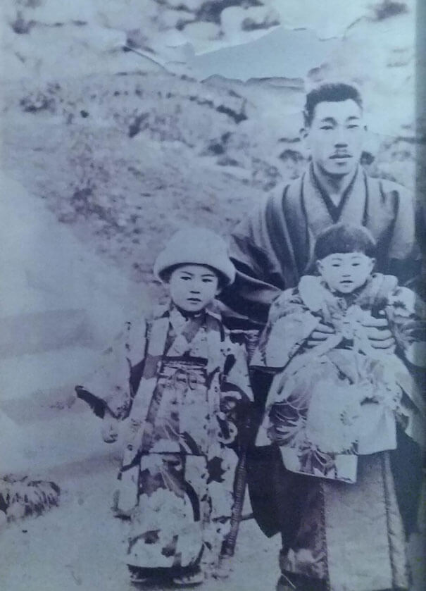 25 Fascinating Pictures Show How Cool Our Grandparents Used To Be - My Great-Great Grandfather, The Samurai Of A Small Coal Mining Town In Kyushu, Posing With My Grandmother And One Of Her Sisters ~1900
