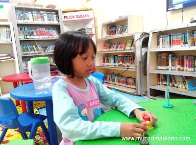 Keira, main di Perpustakaan Umum Kota Tangerang Selatan