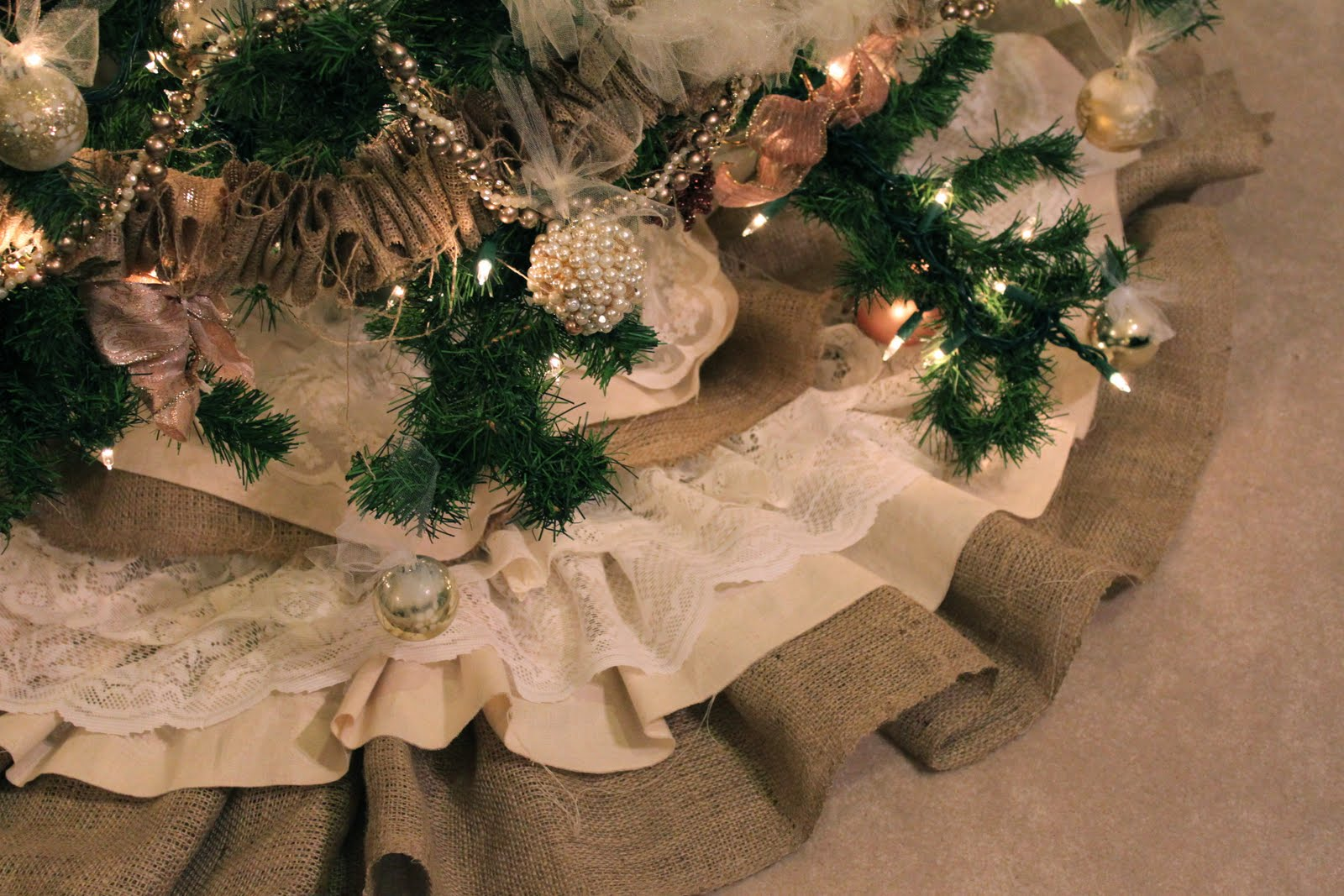 do it yourself divas: DIY: Burlap and Lace Christmas Tree ...
