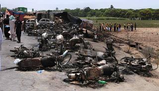 Βυτιοφόρο σκόρπισε το θάνατο στο Πακιστάν: 150 άνθρωποι κάηκαν ζωντανοί για λίγο πετρέλαιο - Σοκαριστικές φωτογραφίες