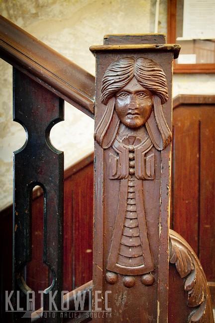 Olsztyn: secesyjna balustrada z kobiecą twarzą
