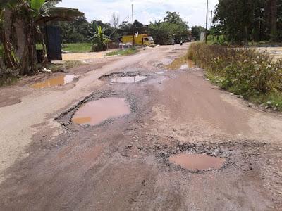 """Jalan SP Padang Pampangan Dipenuhi """"Sumur Mini"""""""