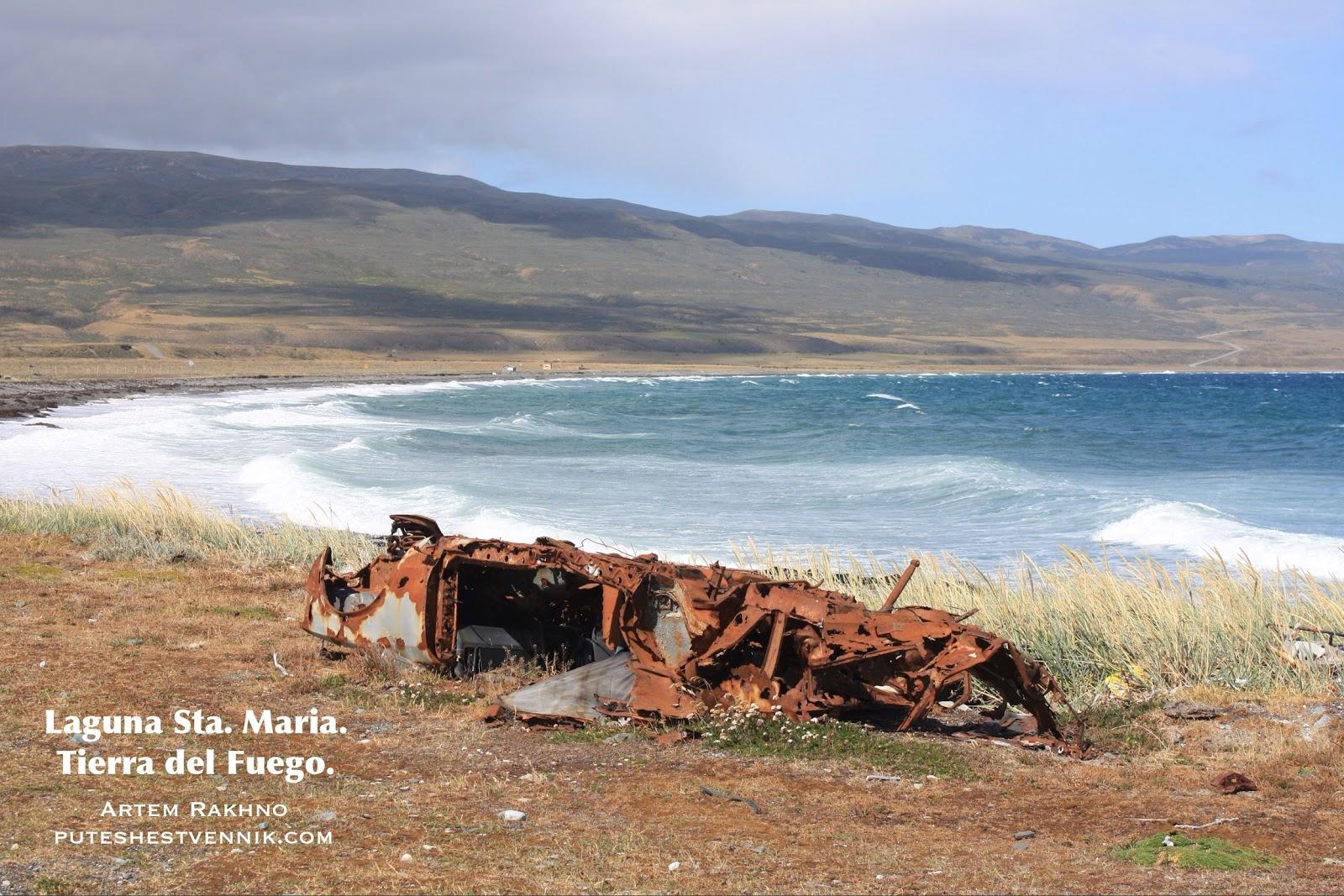 Ржавая машина на морском берегу