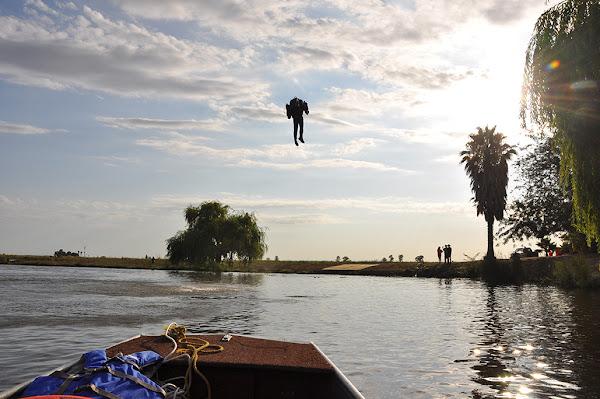JB-9 飛行背包在水上測試。數位時代翻攝自 JB-9 官網。