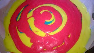 Den Farbteig in Kreise in einer Springform