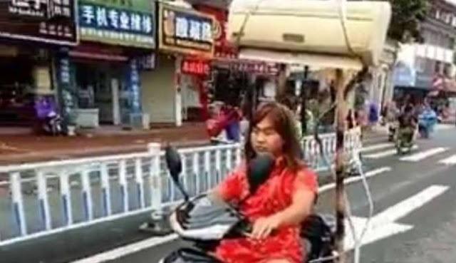 ibu2 naik sepeda motor ber AC