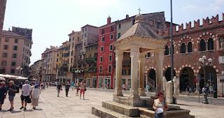Piazza delle Erbe o Plaza de las Hierbas.