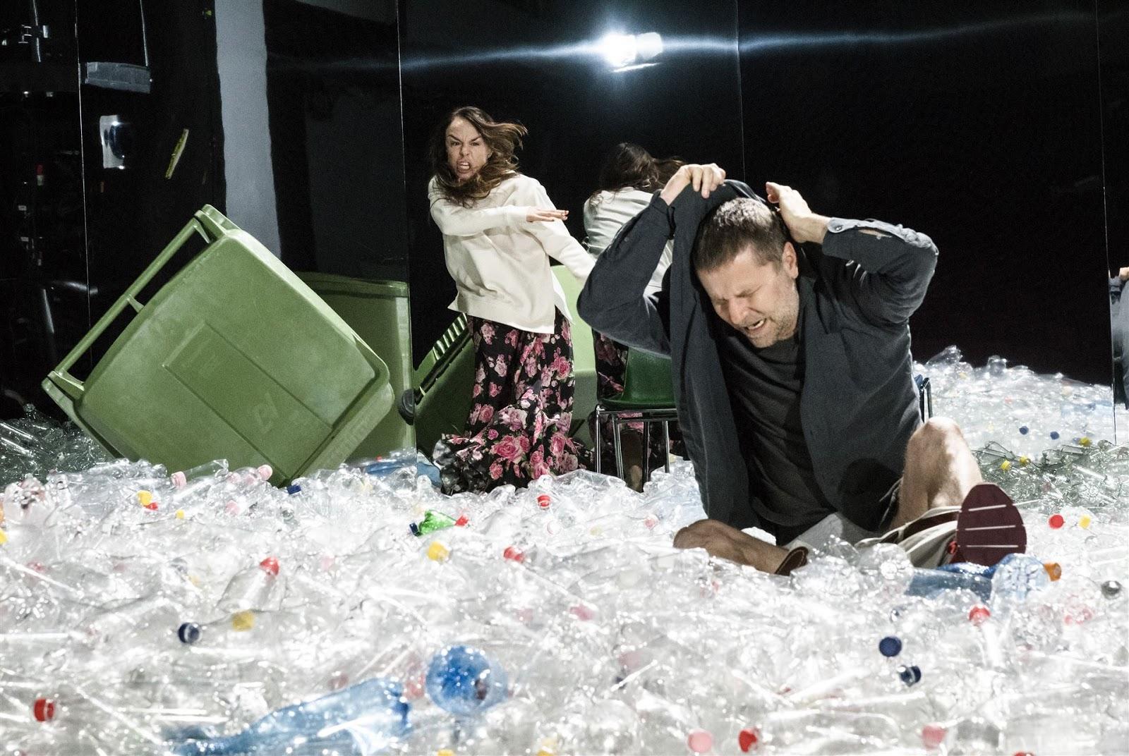 Hotellbaren en scen med standigt nya aktorer