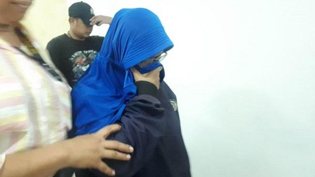 wanita penyebar video ancam penggal jokowi tertunduk saat terciduk