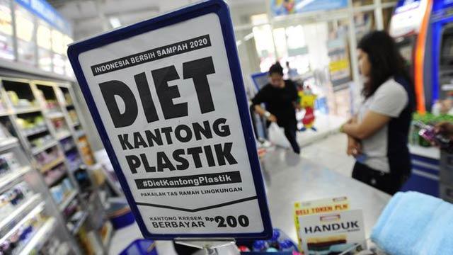 Pemerintah kota Banjarbaru mulai menerapkan aturan larangan penggunaan kantong plastik di ritel-ritel modern.  Ritel tak berdaya meski omsetnya terancam turun.  Sedangkan konsumen juga merasakan dampak.  Lalu untuk siapa kebijakan ini ?