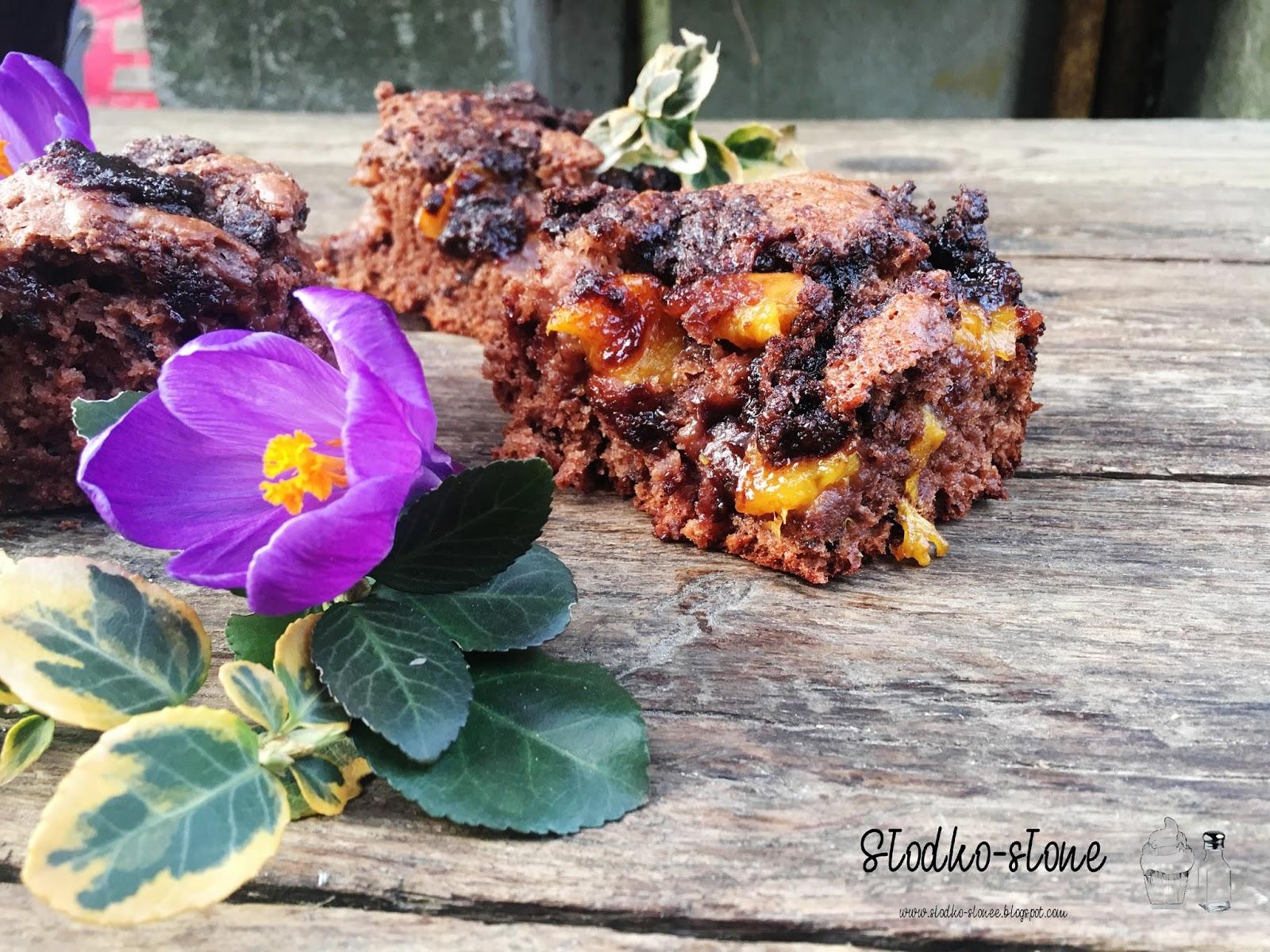 Brzoskwiniowy brzydal, czyli kakaowa drożdżówka z brzoskwiniami