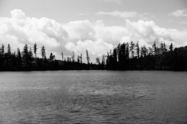 Szczyrbskie Jezioro, Tatry, Słowacja. Krajobraz. Fotografia czarno-biała. fot. Łukasz Cyrus