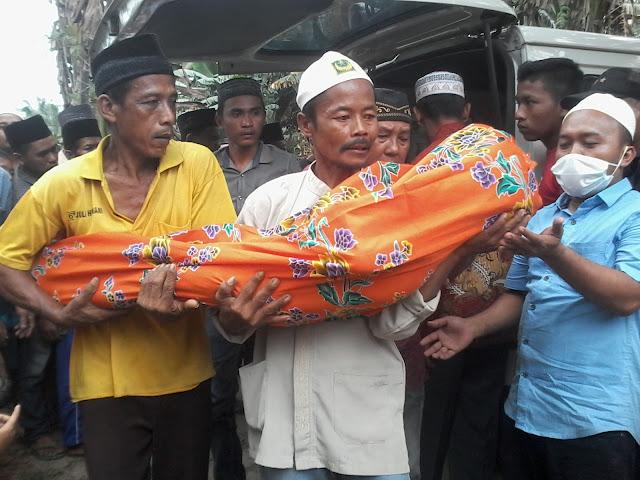 Jenazah korban yang tewas digilas truk saat sampai di rumah duka.