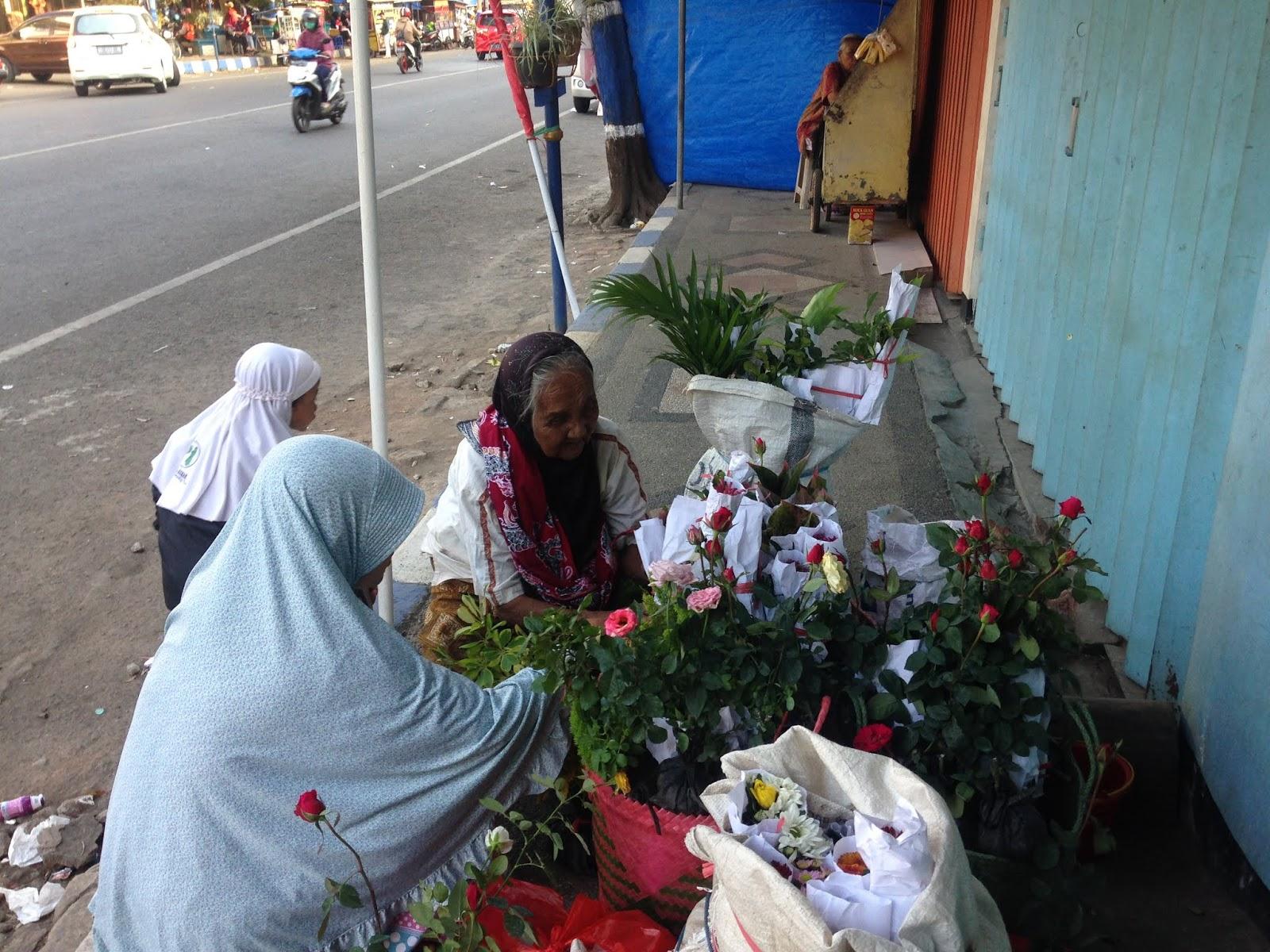 Belajar dari Ketangguhan Mbah Darmi (94 Tahun) Penjual Bunga di Kepanjen