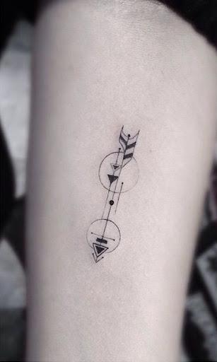 Estilizado preto e cinza seta é embelezado com círculos e adicionais pontas de seta neste tatuagem.