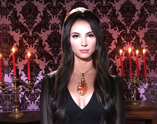 Elaine em The Love Witch, filme de Anna Biller