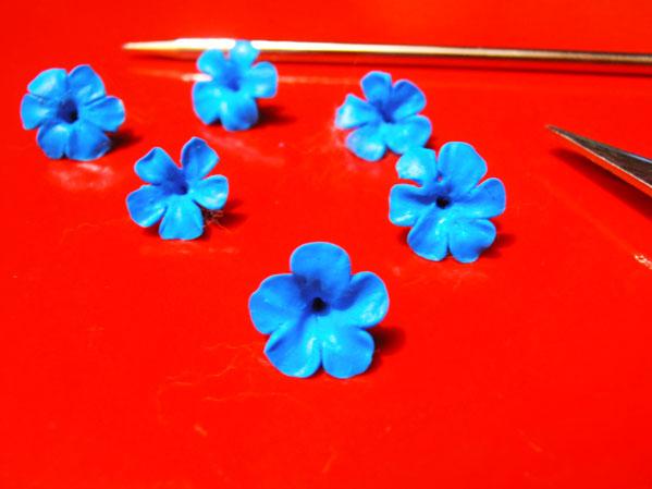 como hacer mini flores con porcelana fria
