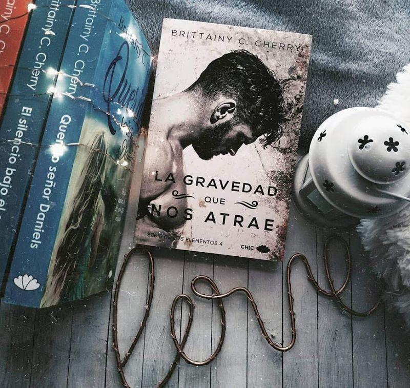 Foto de la portada del libro La gravedad que nos atrae de la escritora Brittainy C. Cherry