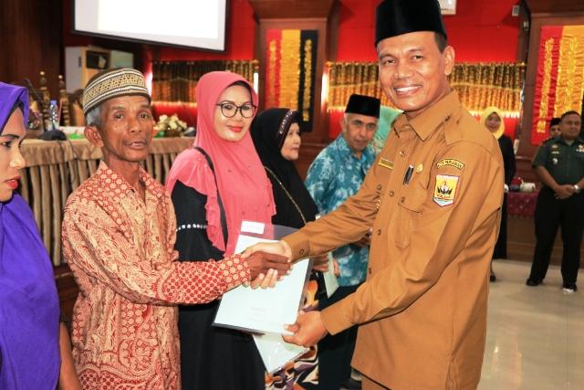 Wako Pariaman Genius Umar Bagikan Sertfikat Kepada 50 Orang Warga Padang Biriak-Biriak