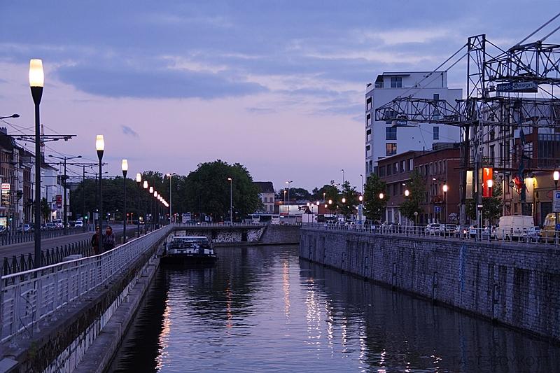Kanal in Brüssel am Abend | Tasteboykott