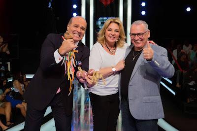 Na foto, o apresentador Marcelo de Carvalho brinca com a simpatia de espantar a sogra Vera Gimenez - Crédito/Foto: Artur Igrecias/Divulgação RedeTV!