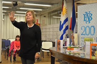 Actividades infantiles en la Biblioteca Nacional del Uruguay.  Narración de cuentos. Raquel Silvetti