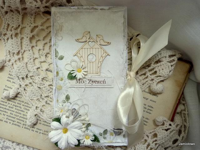 czekoladownik jest ozdobiony kwiatkami ręcznie robionymi z papieru