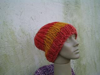 gorro tricotado com lã de ovelha tingida de laranja e amarelo