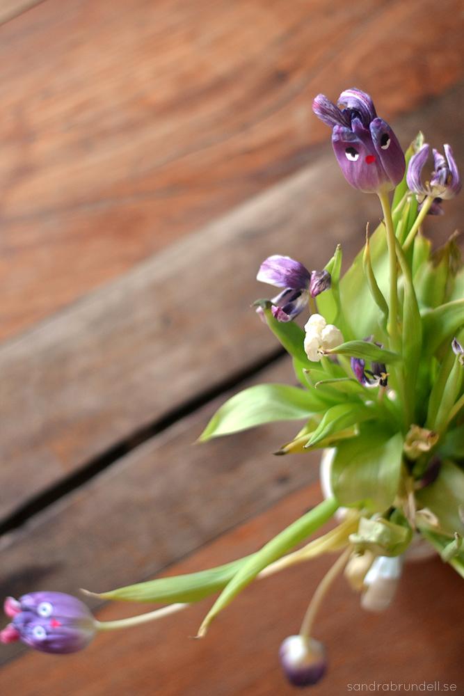 Gör figurer av vissnande tulpaner.
