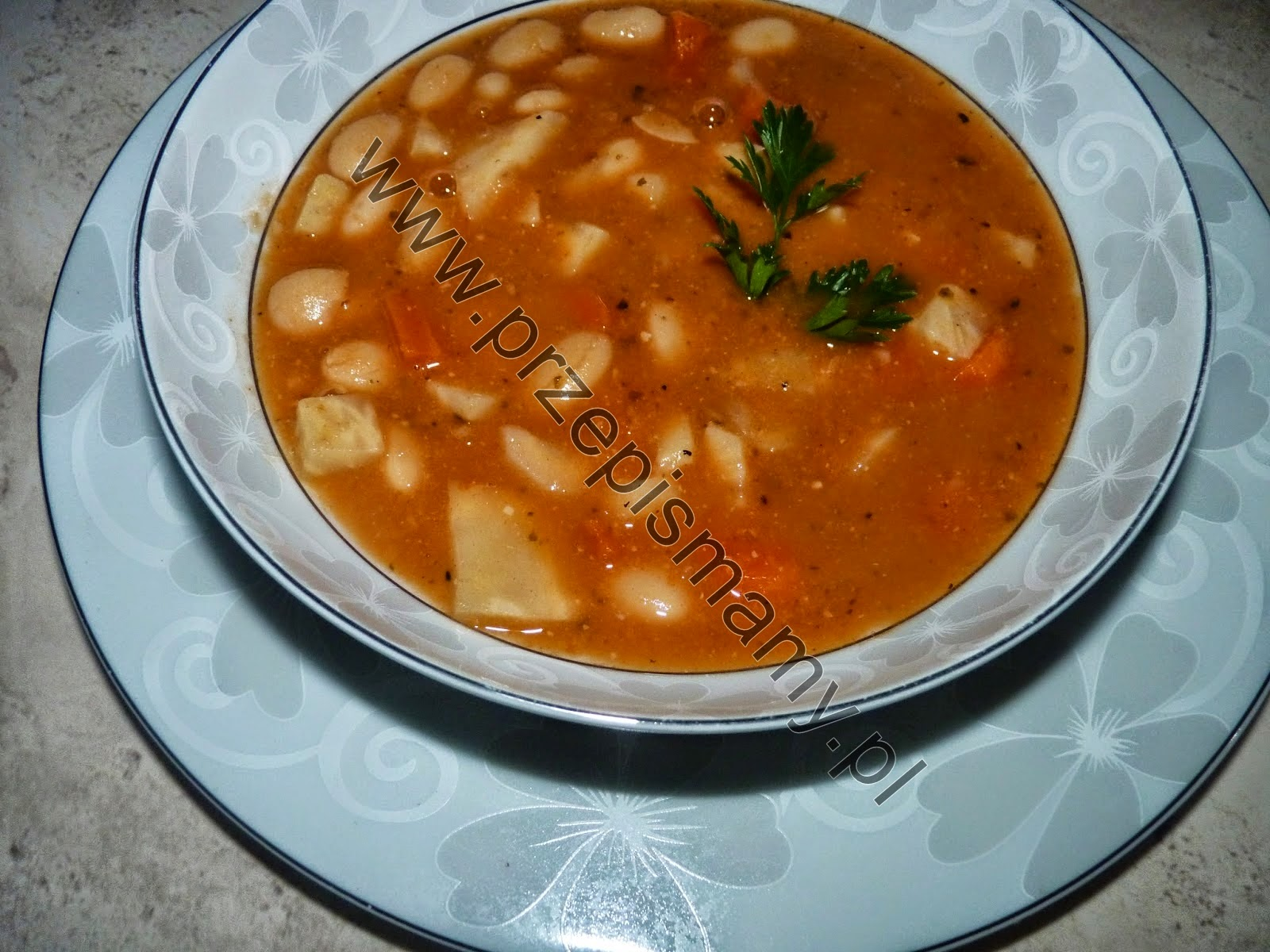 Zupa fasolowa z pomidorami