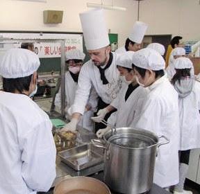 エクシブ山中湖のイタリア人シェフ小学生に料理指導