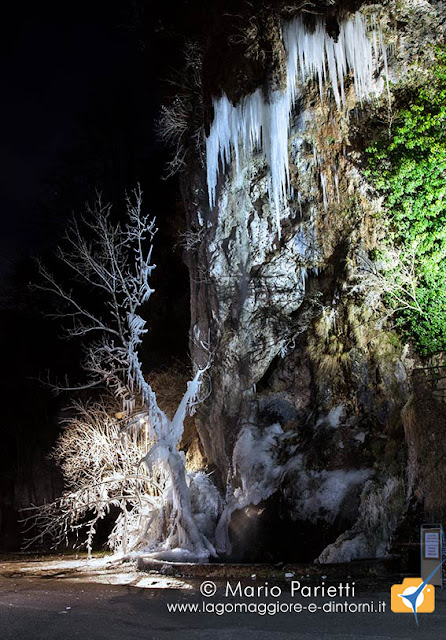Cascata grotte di valganna ghiacciata